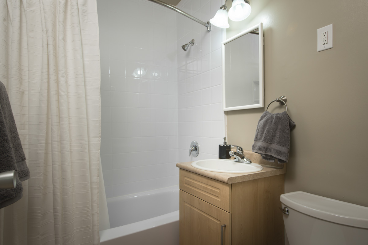 Towers Realty Group - Linlee Apartments - 1030 Brazier St - Bathroom