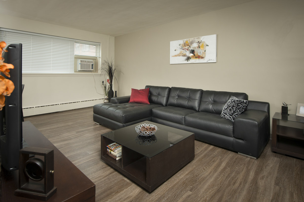 Towers Realty Group - Oakton Manor - Living Room