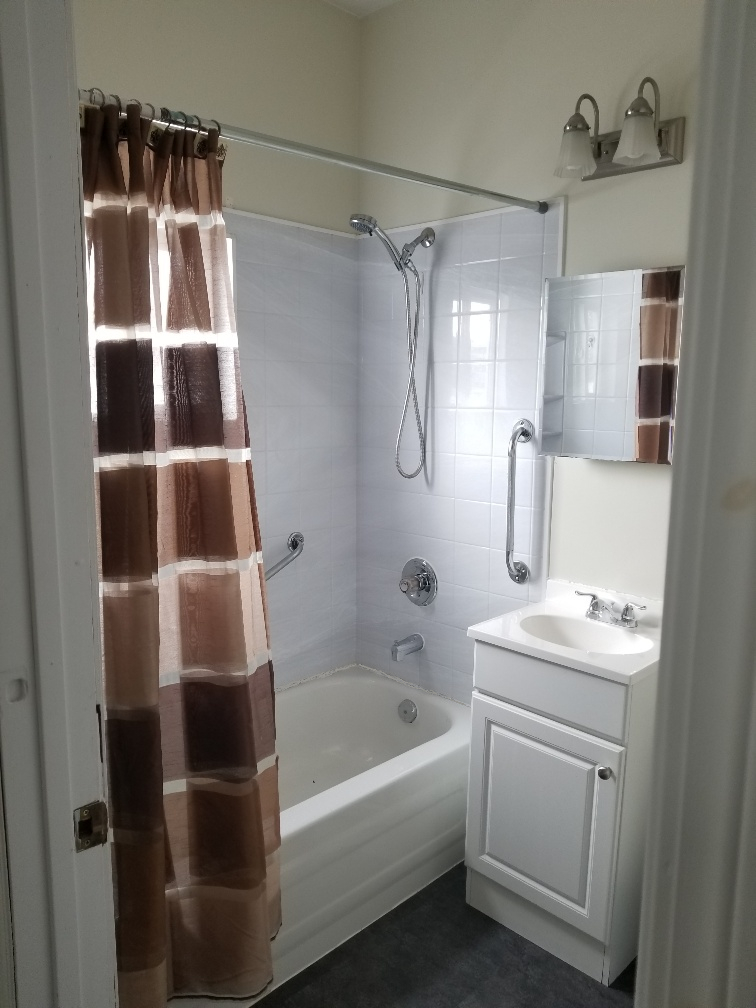 Towers Realty Group - 154 Dollard Boulevard - bathroom