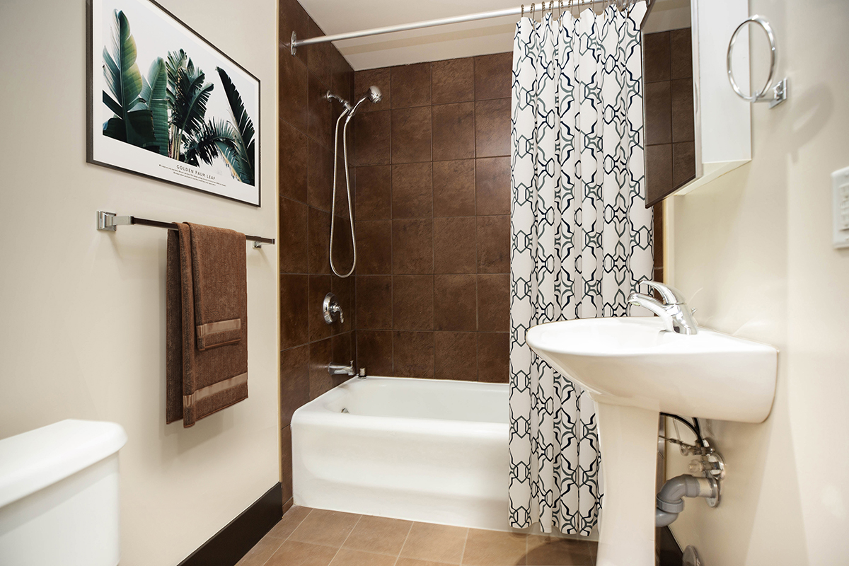 Towers Realty Group - The Ritz - 1BR - 04 - Bathroom