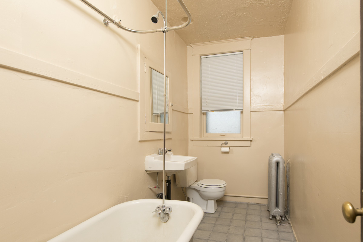 Towers Realty Group - Conway Court - Bathroom
