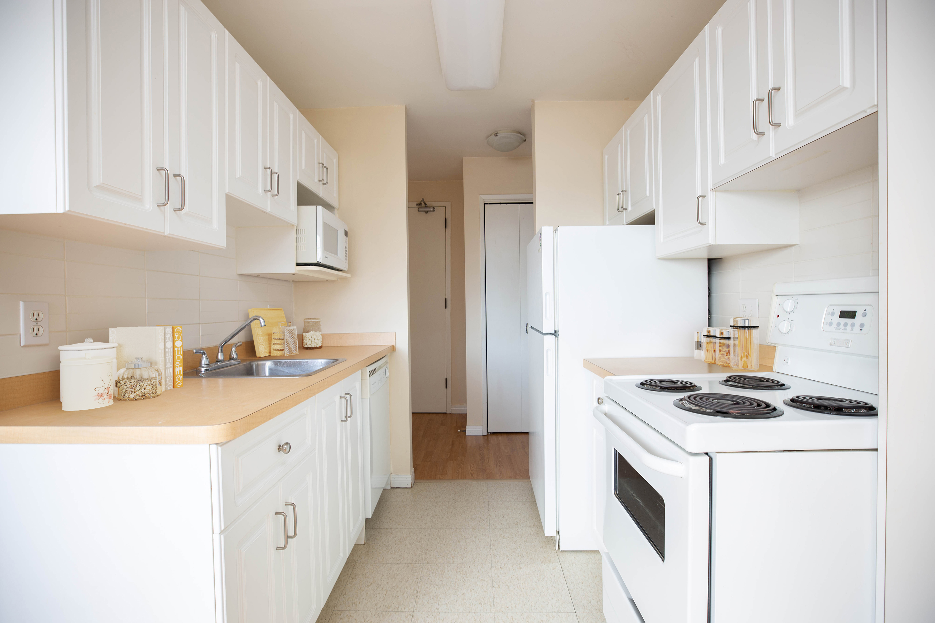 Towers Realty Group - Laval Apartments - 1BR - Kitchen